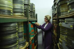 Marina Jepiseva bei der Reponierung eines Filmes